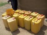 Les gens doivent aller dans d'autres villages chercher de l'eau avec des bidons