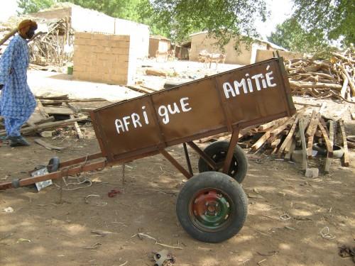 Charrette fabriquée dans le village dans le cadre du projet d'assainissement