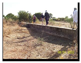 """Vue du barrage de retenue d'eau """"à sec"""""""